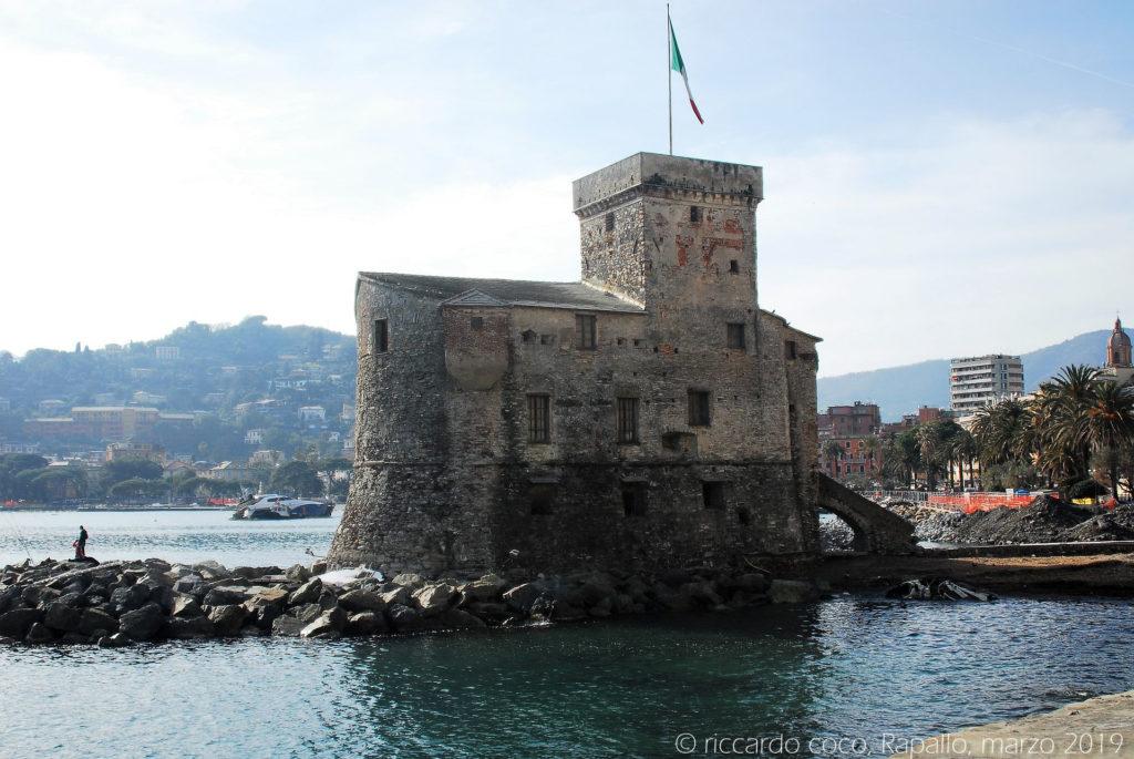 Il castello sul mare è una postazione difensiva di Rapallo, presso il lungomare Vittorio Veneto. È una costruzione risalente alla seconda metà del XVI secolo