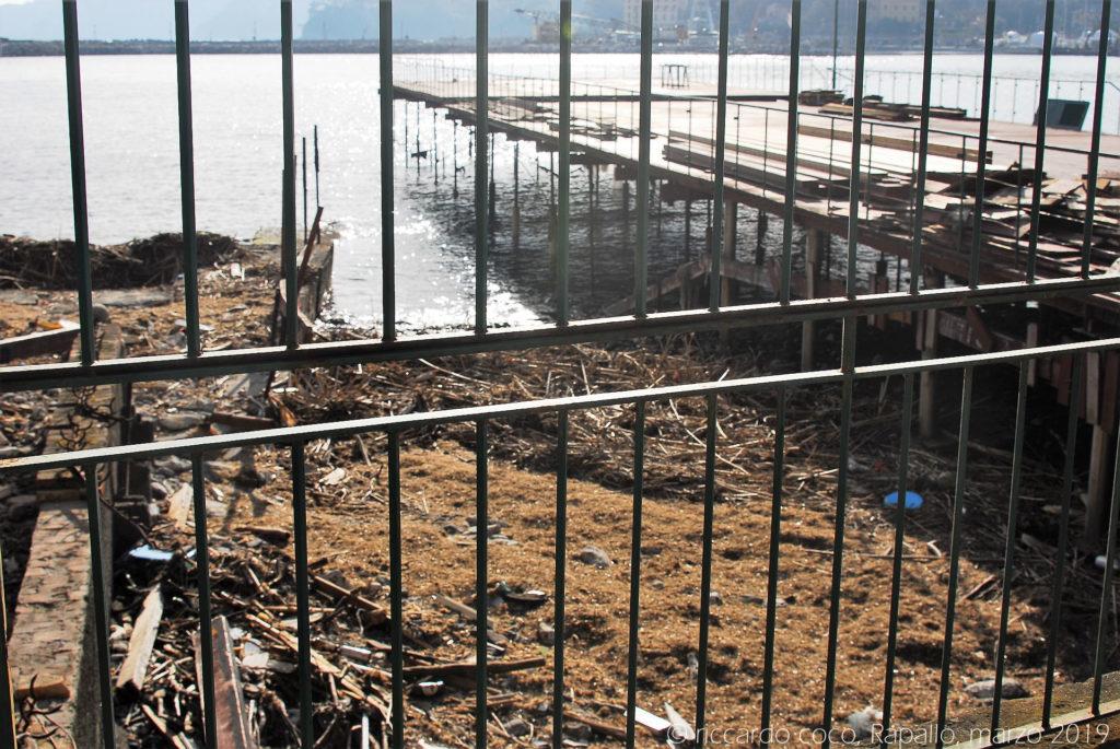 La ricostruzione degli stabilimenti balneari sul lungomare di Rapallo è già in atto anche se le infrastrutture hanno subito gravi danni