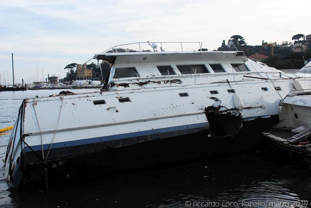 Le barche dopo avere rotto gli ormeggi sono state trascinate sulla scogliera