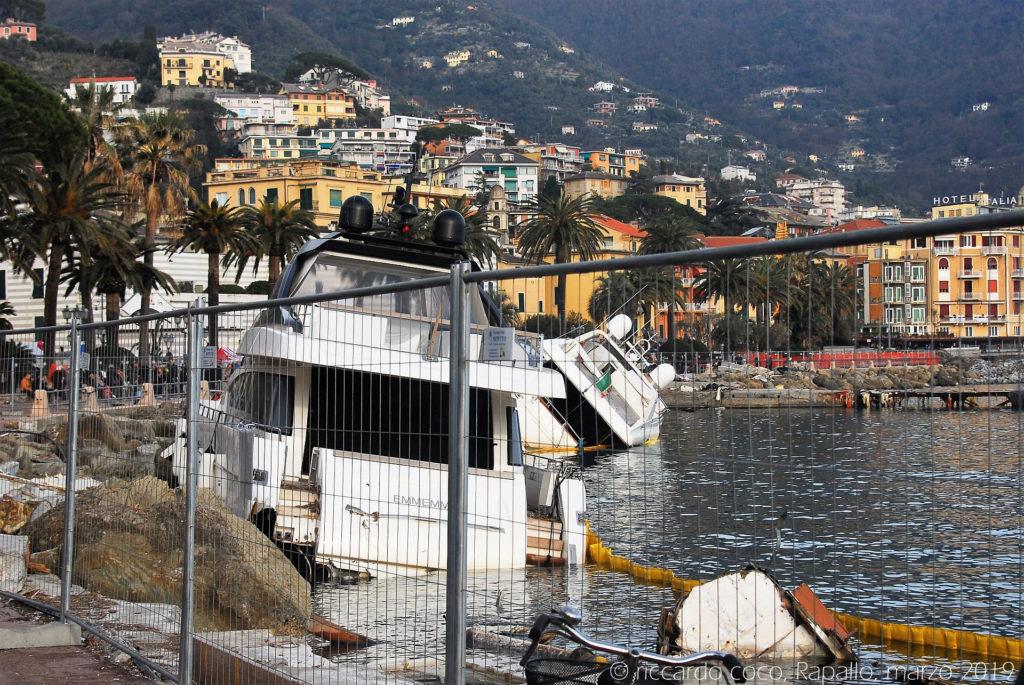 Panni antinquinamento sono stati disposti attorno alle barche per contenere possibili fuoriuscite di carburante