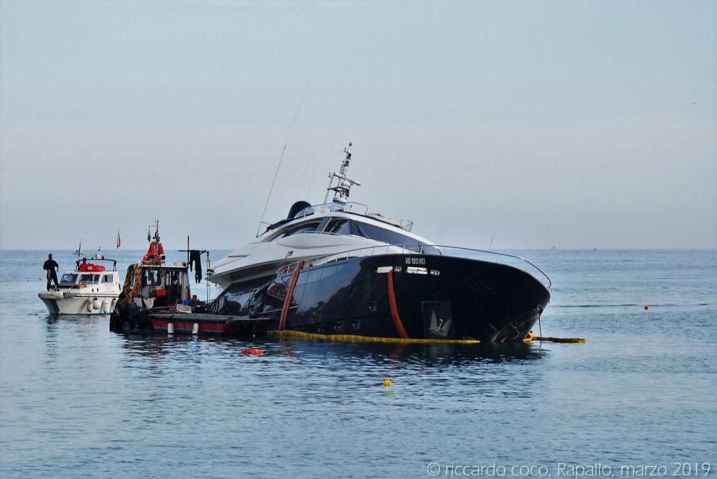 Anche la rimozione delle barche semi affondate è complicata perché il peso degli scafi pieni d'acqua rende problematiche le operazioni di recupero