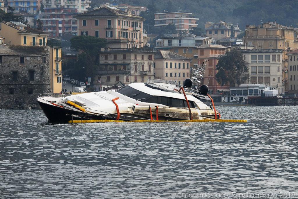 Barche semi affondate sul lungomare di Rapallo