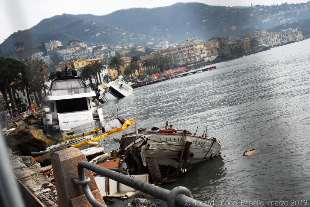 """Barche """"spiaggiate"""" sul lungomare di Rapallo"""