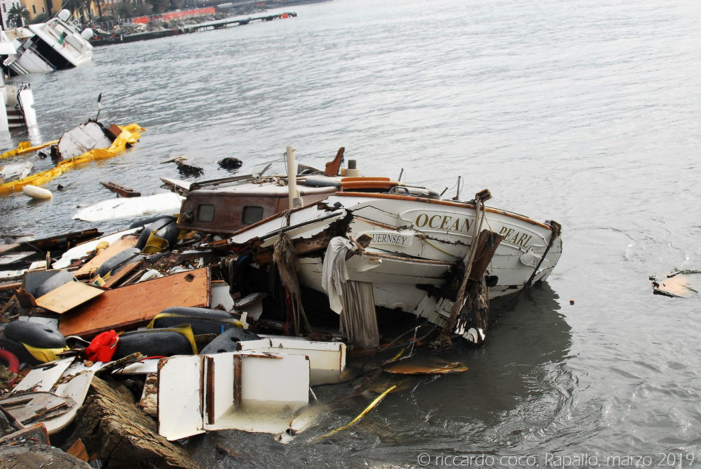 """Una barca """"spiaggiata"""" completamente distrutta"""