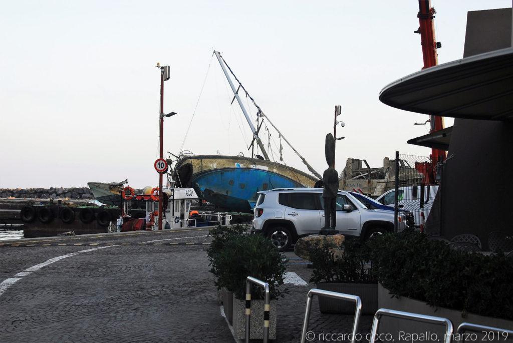 """All'interno del porto turistico internazionale """"Carlo Riva"""" non ci hanno fatto entrare, è ufficialmente chiuso, operano solo gli addetti ai lavori, ma le immagini si commentano da sole"""